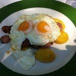 Huevos estrellados con butifarra y patatas fritas