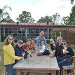 Entre a visita à vinícola e a refeição, brindes no jardim