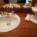 Lavabo y amenidades de baño
