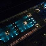 夜のホテル中庭