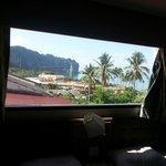 Udsigten gennem vinduet over vores seng