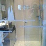 Bad mit Glasabtrennung: Blick auf Dusche (guter Duschkopf!)