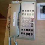 etwas schmuddeliges Telefon auf dem Zimmer