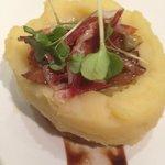 5.Huevo frito dentro de una patata pequeña con ibérico, boletus, alcachofas y aceite de trufa