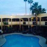 piscina del motel circondata dalle camere