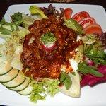 Salat Saté mit gebratenen Rindfleischstreifen in Erdnusssauce und Balsamico - Vinaigrette