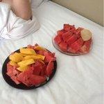 покупали фрукты на рынке и завтракали утром в номере