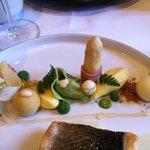 Suggestie van vis met structuren van asperges