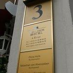 ホテル入り口のサイン