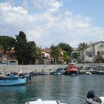 Lilla båthamnen utanför..Pensionatet är stora stenvillan till höger på bilden!