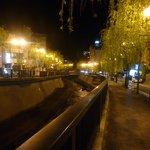 夜は街灯のあかりが風情あります