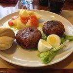 Polpette di carne e verdure con patate e carote lessate