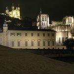 La Basilica di N D de la Fourviere (sulla collina) di notte.