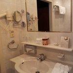 Badezimmer mit Wanne, schön hell ausgeleuchtet