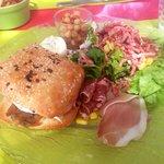 Hamburger chèvre et pancetta, salade, lardons, graines de maïs, jambon cru et verrine de pois ch