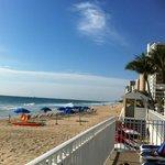 Вид с террасы отеля на пляж