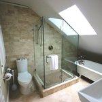 Queen room bathroom