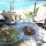 Iceberg salad, μαριναρισμένος σολομός με θυμαρίσιο μέλι και Chardonnay