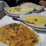 Poulet au curry au fond et en premier plan un briani délicieux (orthographe incorrecte sorry)