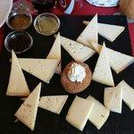 Piatto di formaggi con tris di mostarde..... eccellente