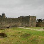 Vista del patio de armas y castillo antiguo