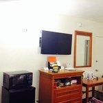 Televisor, frigobar, microondas y cafetera