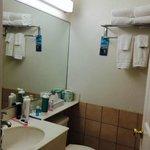 Baño completo con secador y amenities