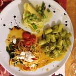 Tris di Pasta. Nudeltasche mit grünem Spargel, Magniocchi al Pesto und Linguine Al Mozzarella e
