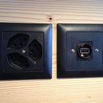 Clevere USB Stecker in der Nachttischkonsole