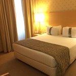 Stanza, scelta vari tipi di cuscini, piccola ma accogliente, essenziale e pulita!