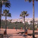 Uitzicht (op Rute) vanuit de tuin van het hotel.