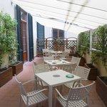 Amplio balcón con mesas, exelente ambiente