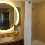 Detalhe da TV no espelho do banheiro!