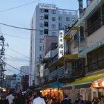 vue hôtel de la rue commerçante
