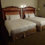 Quarto grande com camas confortáveis