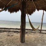Palapa con su hamaca en la playa.