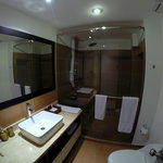 Amplio baño con relajante ducha