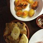 Les patata brava et les morceaux de poisson frit un délice...
