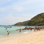 Пляж на острове Ко Лан (10 минут пешком до порта и 20 минут на катере)