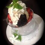 vanilla eis and strawberry - coupe fraise melba