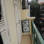 Kleiner Balkon zur Strasse hin