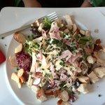 Salatplatte mit Schinken und Käse