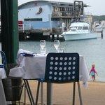 ビーチのすぐ隣にお席があり海の向こうにはシティも見えます