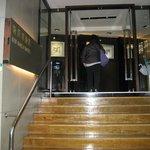 ホテルの入口は階段なので荷物はリフト必要です。