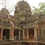 храм разрушается, но красоту еще видно