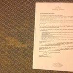 carta del director que dice que cuida los detalles y la moqueta roida de la habitacion