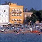 L'Hotel Amelia visto dalla spiaggia