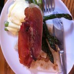 Poached egg with crispy ham, asparagus, tatty scones and hollandaise sauce