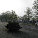 Vista para a ruazinha, tranquila, apesar de ficar a 12 min de Bus da Grande Amsrterdã!
