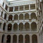 Вид на этажи отеля из лобби